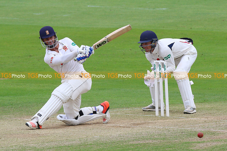 Ryan ten Doeschate in batting action for Essex as Callum Jackson looks on from behind the stumps during Essex CCC vs Kent CCC, Specsavers County Championship Division 2 Cricket at the Essex County Ground on 4th July 2016