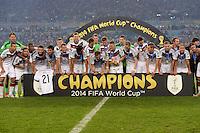 FUSSBALL WM 2014                       FINALE   Deutschland - Argentinien     13.07.2014 DEUTSCHLAND FEIERT DEN WM TITEL: Teamfoto mit Pokal