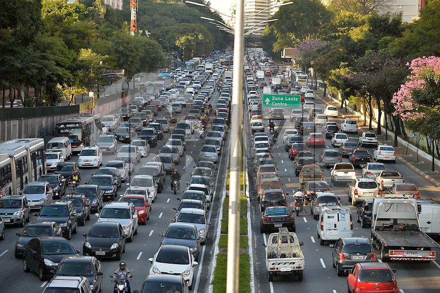 SÃO PAULO, SP, 17.06.2016 – TRÂNSITO-SP: Trânsito na Av. 23 de Maio, próximo ao Parque do Ibirapuera, zona sul de São Paulo na tarde desta sexta-feira. (Foto: Levi Bianco/Brazil Photo Press)