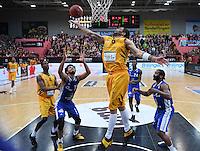 Basketball  1. Bundesliga  2016/2017  Hauptrunde  17. Spieltag  30.12.2016 Walter Tigers Tuebingen - FRAPORT SKYLINERS Frankfurt Gary McGhee (Mitte, Tigers) gegen Shavon Shields (li Frankfurt) und Quantez Robertson (re, Frankfurt)