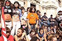 Roma, 10 Ottobre 2008.Manifestazione studenti medi contro la riforma Gelmini, studenti e insegnanti davanti la sede del Ministero dell' istruzione          .Rome, October 3, 2008.Demonstration against the reform school students Gelmini, students and teachers in front of the headquarters of the Ministry of Education.