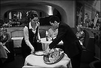 Europe/France/Rhône-Alpes/74/Haute-Savoie/Megève: Restaurant 1920, au Chalet du Mont d'Arbois - Service - Découpe du bar en croûte de sel