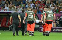 FUSSBALL  EUROPAMEISTERSCHAFT 2012   VIERTELFINALE Tschechien - Portugal              21.06.2012 Helder Postiga (Portugal) woird verletzt vom Platz getragen