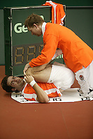 7-2-06, Netherlands, Amsterdam, Daviscup, first round, Netherlands-Russia, training Fysiotherapist Jurgen Roordink is stretching Raemon Sluiter during the warming up
