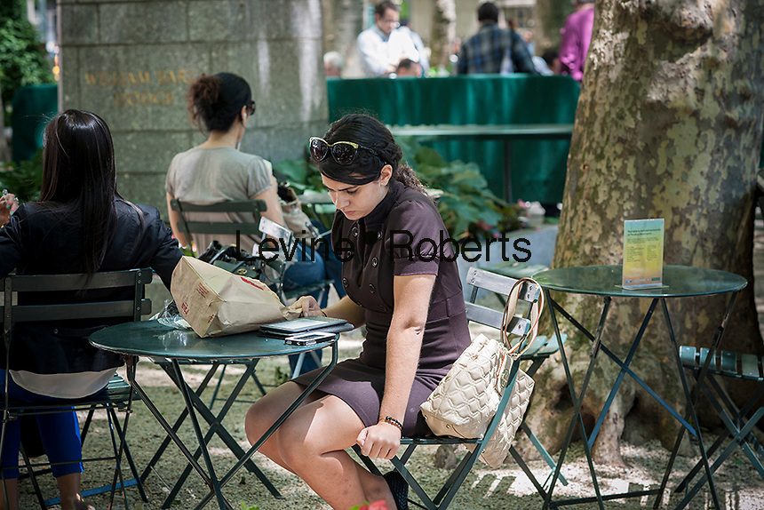 A visitor to Bryant Park in New York uses her Amazon Kindle ereader on Tuesday, June 4, 2013.  (© Richard B. Levine)