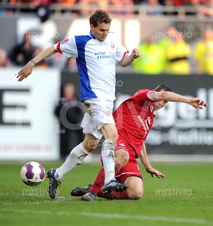 2. Fussball Bundesliga:  Saison   2009/2010  , 32.  Spieltag  Kaiserslautern - Hansa Rostock    23.04.2010 Jiri Bilek, Lautern (re., Lautern) gegen Bradley Carnell (li., Rostock)