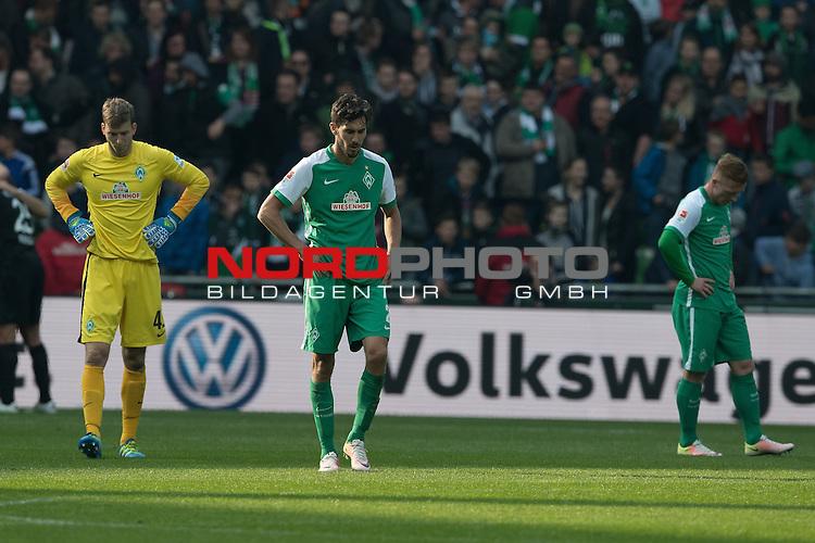 09.04.2016, Weser Stadion, Bremen, GER, 1.FBL. Werder Bremen vs FC Augsburg, im Bild<br /> <br /> entt&auml;uscht / enttaeuscht / traurig /<br /> <br /> <br /> Felix Wiedwald (Bremen #42) <br /> Santiago Garcia (Bremen #2)<br /> Laszlo Kleinheisler (Werder Bremen #06)<br /> <br /> <br /> <br /> Foto &copy; nordphoto / Kokenge