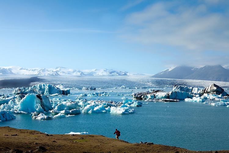 Europa, ISL, Island, Austurland, (dt. Ostland), Südisland, Hornafjörður, Vatnajökull, See, Gletschersee Jökulsárlón, (dt. Gletscherflusslagune), Eisberge, Tourist, Die Eisberge auf dem Gletschersee Jökulsárlón stammen vom Gletscher Breiðamerkurjökull. An der Gletscherzunge lösen sich die Eisberge vom Gletscher. Bei ablaufender Tide werden Eisberge aus der Lagune ins Meer gespült und teilweise am angrenzenden schwarzen Basaltstrand wieder angeschwemmt. Kategorien und Themen, Natur, Umwelt, Landschaft, Jahreszeiten, Stimmungen, Landschaftsfotografie, Landschaften, Landschaftsphoto, Landschaftsphotographie, Tourismus, Touristik, Touristisch, Touristisches, Urlaub, Reisen, Reisen, Ferien, Urlaubsreise, Freizeit, Reise, Reiseziele, Ferienziele<br /> <br /> [Fuer die Nutzung gelten die jeweils gueltigen Allgemeinen Liefer-und Geschaeftsbedingungen. Nutzung nur gegen Verwendungsmeldung und Nachweis. Download der AGB unter http://www.image-box.com oder werden auf Anfrage zugesendet. Freigabe ist vorher erforderlich. Jede Nutzung des Fotos ist honorarpflichtig gemaess derzeit gueltiger MFM Liste - Kontakt, Uwe Schmid-Fotografie, Duisburg, Tel. (+49).2065.677997, archiv@image-box.com, www.image-box.com]