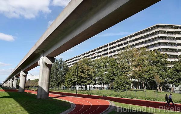Nederland  Amsterdam -  September 2018.  De Bijlmer. Metro bij fllat Kleiburg. Atletiekbaan onder de metro.       Foto Berlinda van Dam / Hollandse Hoogte