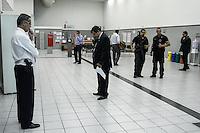 S&Atilde;O PAULO,SP,14.05.2014 - VIGIA REFENS BANCO - Um vigia de uma ag&ecirc;ncia do Banco Santander, na Avenida Eduardo Cotching, na Zona Leste de S&atilde;o Paulo, manteve ref&eacute;ns dentro do estabelecimento na manh&atilde; desta quarta-feira (14).<br /> Segundo a Pol&iacute;cia Militar, ele estava armado e se trancou em uma sala com tr&ecirc;s pessoas. O vigia pediu a presen&ccedil;a da esposa no local. Aos poucos, o homem liberou os ref&eacute;ns e depois atirou contra o propio peito.(Foto Ale Vianna/Brazil Phoot Pres).