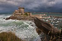 Europe/France/Aquitaine/64/Pyrénées-Atlantiques/Pays-Basque/Ciboure: Fort de Socoa depuis le sentier littoral par gros temps