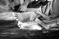 Índios Werekena no alto rio Xié, com fibras de piaçaba(Leopoldínia píassaba Wall). A fibra , um dos principais produtos geradores de renda na região é coletada de forma rudimentar. Até hoje é utilizada na fabricação de cordas para embarcações, chapéus, artesanato e principalmente vassouras, que são vendidas em várias regiões do país.<br />Alto rio Xié, fronteira do Brasil com a Colômbia a cerca de 1.000Km oeste de Manaus.<br />06/06/2002.<br />Foto: Paulo Santos/Interfoto Expedição Werekena do Xié<br /> <br /> Os índios Baré e Werekena (ou Warekena) vivem principalmente ao longo do Rio Xié e alto curso do Rio Negro, para onde grande parte deles migrou compulsoriamente em razão do contato com os não-índios, cuja história foi marcada pela violência e a exploração do trabalho extrativista. Oriundos da família lingüística aruak, hoje falam uma língua franca, o nheengatu, difundida pelos carmelitas no período colonial. Integram a área cultural conhecida como Noroeste Amazônico. (ISA)