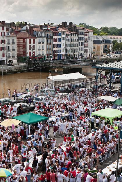 Europe/France/Aquitaine/64/Pyrénées-Atlantiques/Pays-Basque/Bayonne:  Lors du Championnat du Monde d' omelette aux piments pendant les Fêtes de Bayonne  - La halle et les bords de la Nive