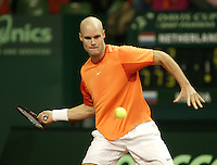 10-2-06, Netherlands, tennis, Amsterdam, Daviscup.Netherlands Russia, Melle van Gemerden in action against Nikolay Davydenko