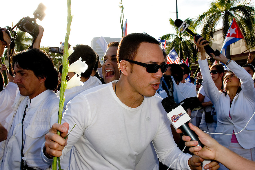 Miami, Florida. Marzo 25,2010; Alexis Valdez y una Multitudinaria asistencia a la marcha convocada por Gloria Estefan para respaldar a la Damas de Blanco de Cuba(Foto por Jesus Aranguren)