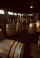 Europe/France/Poitou-Charentes/16/Charente/Cognac/Tonnellerie Seguin Moreau : Rabattage des douelles<br /> PHOTO D'ARCHIVES // ARCHIVAL IMAGES<br /> FRANCE 1990