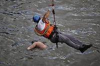 SAO PAULO, SP, 29/03/2013, CORPO TAMANDUATEI. Os Bombeiros retiraram na manha desssa sexta-Feira, um cadaver que foi visto nas aguas do Rio Tamanduatei na regiao do Pq. Dom Pedro centro de Sao Paulo, FOTO: LUIZ GUARNIERI/  BRAZIL PHOTO PRESS.