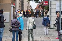 """Rechte demonstrieren in Bautzen gegen Fluechtlinge.<br /> Am Sonntag den 18. September 2016 versammelten sich im saechsischen Bautzen ca. 120 Rechte zu einem Kundgebung mit anschliessender Demonstration um gegen Fluechtlinge zu demonstrieren. Sie riefen Parolen gegen Fluechtlinge und gegen Angela Merkel und beschimpften Medienvertreter als """"Volksverraeter"""".<br /> Nach Aussagen von Anwohnern waren nur etwa 15 Teilnehmer aus Bautzen. Bautzener Rechtsextreme hatten zuvor aufgerufen, sich vorerst nicht an Demonstrationen zu beteiligen, bis ein von ihnen an die Stadtverwaltung gestelltes Ultimatum, zu Loesung der Fluechtlingsfrage verstrichen ist.<br /> Im Bild: Touristen betrachten verstaendnislos den Aufzug, der schreiend durch die Bautzener Altstadt zieht.<br /> 18.9.2016, Bautzen/Sachsen<br /> Copyright: Christian-Ditsch.de<br /> [Inhaltsveraendernde Manipulation des Fotos nur nach ausdruecklicher Genehmigung des Fotografen. Vereinbarungen ueber Abtretung von Persoenlichkeitsrechten/Model Release der abgebildeten Person/Personen liegen nicht vor. NO MODEL RELEASE! Nur fuer Redaktionelle Zwecke. Don't publish without copyright Christian-Ditsch.de, Veroeffentlichung nur mit Fotografennennung, sowie gegen Honorar, MwSt. und Beleg. Konto: I N G - D i B a, IBAN DE58500105175400192269, BIC INGDDEFFXXX, Kontakt: post@christian-ditsch.de<br /> Bei der Bearbeitung der Dateiinformationen darf die Urheberkennzeichnung in den EXIF- und  IPTC-Daten nicht entfernt werden, diese sind in digitalen Medien nach §95c UrhG rechtlich geschuetzt. Der Urhebervermerk wird gemaess §13 UrhG verlangt.]"""