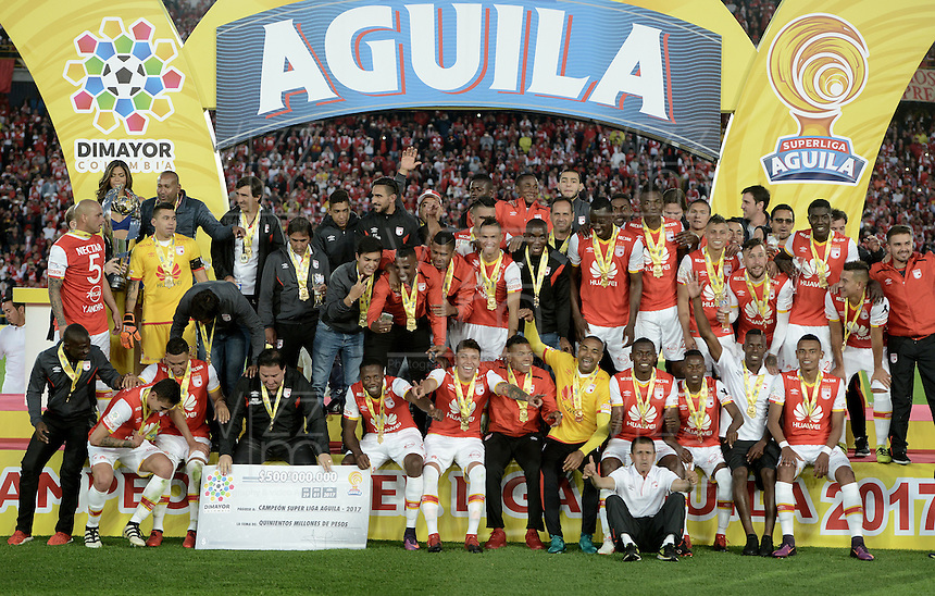 BOGOTÁ -COLOMBIA, 29-01-2017. Jugadores del Santa Fe celebran como campeones de la Super Liga Aguila 2017 después del partido de vuelta entre Independiente Santa Fe y Deportivo Independiente Medellin por la SuperLiga Aguila 2017 en el estadio Nemesio Camacho El Campín de la ciudad de Bogotá. / Players of Santa Fe celebrate the title as champion of Super Liga Aguila 2017 after a second leg match between Deportivo Independiente Medellin and Independiente Santa Fe for the SuperLiga Aguila 2017 at Nemesio Camacho El Campin stadium in Bogota city. Photo: VizzorImage/ Gabriel Aponte / Staff