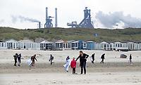 Nederland -  Velsen - 2019.     Boskalis Beach Cleanup Tour. In de zomer van 2019 wordt de hele Noordzeekust weer schoon dankzij de Boskalis Beach Cleanup Tour van Stichting De Noordzee. Dit wordt gedaan om om te laten zien hoeveel afval er op de stranden ligt en in zee terechtkomt. De plasticsoep zorgt ervoor dat er jaarlijks meer dan 1 miljoen zeedieren sterven. Op de achtergrond Tata Steel.      Foto Berlinda van Dam / Hollandse Hoogte