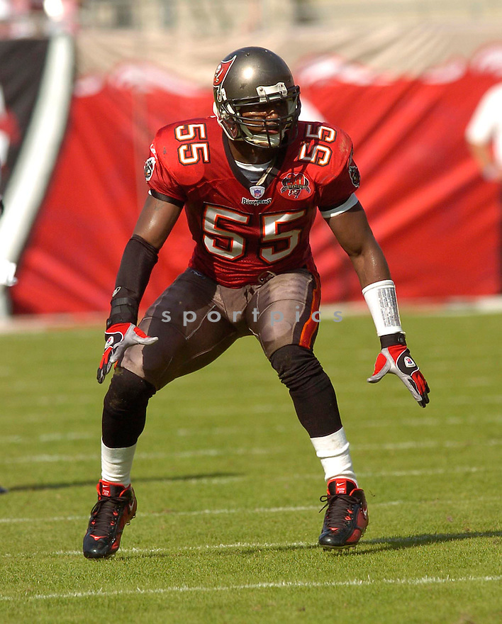 Derrick Brooks, of the  Tampa Bay Buccaneers, in action during their game against the Chicago Bears on November 27, 2005.  .Chris Bernachhi / SportPics..Bears win 13-10