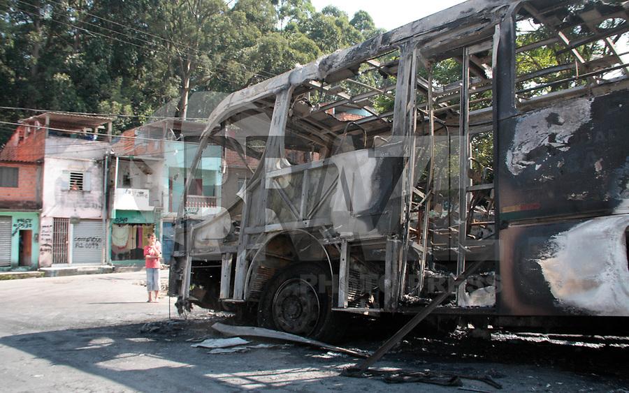 SÃO PAULO, 06 DE ABRIL 2011 - INCÊNDIO EM ÔNIBUS - Um ônibus foi destruído por um incêndio na Rua Giácomo Cozzarelli, no Sacomã, zona sul de São Paulo, nesta quarta- feira De acordo com a polícia, algumas pessoas atearam fogo no veículo. As causas, no entanto, ainda não foram confirmadas. Uma equipe dos bombeiros foi enviada para apagar as chamas. Não há informação sobre feridos.(FOTO: AMAURI NEHN/NEWS FREE)