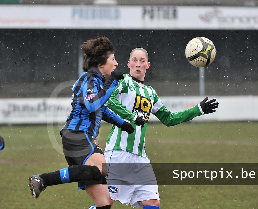 Club Brugge Dames - PEC Zwolle : Judith Frijlink (rechts) in duel met Ingrid De Rycke.foto DAVID CATRY / Vrouwenteam.be