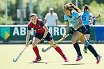 NIJMEGEN -  Klaartje Mientjes (Nijm.) met Anouk Bekkers (Huizen)  tijdens  de tweede play-off wedstrijd dames, Nijmegen-Huizen (1-4), voor promotie naar de hoofdklasse.. Huizen promoveert naar de hoofdklasse.  COPYRIGHT KOEN SUYK