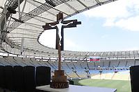 """RIO DE JANEIRO, RJ, 19.05.2014  - CAMPANHA COPA DA PAZ NO MARACANÃ -  A Cruz Olímpica presente no Maracanã, no encontro inter-religioso para marcar o inicio da campanha Copa da Paz, que promove o o tema social da Copa de Mundo de 2014: """"Por um mundo sem armas, drogas, violência e racismo"""" e a campanha da fraternidade 2014: """"Fraternidade e Trafico Humano"""". No Maracanã zona norte da cidade nessa segunda 19. (Foto: Levy Ribeiro / Brazil Photo Press)"""