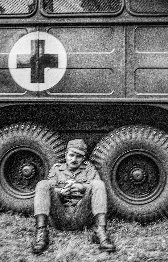 1978-lipiec-sierpień, Otwock - Orzysz. Szkoła Oficerów Rezerwy (SOR) obowiązkowe szkolenie wojskowe absolwentów wyższych uczelni cywilnych. Nz. Dobrze czasami odpocząć.
