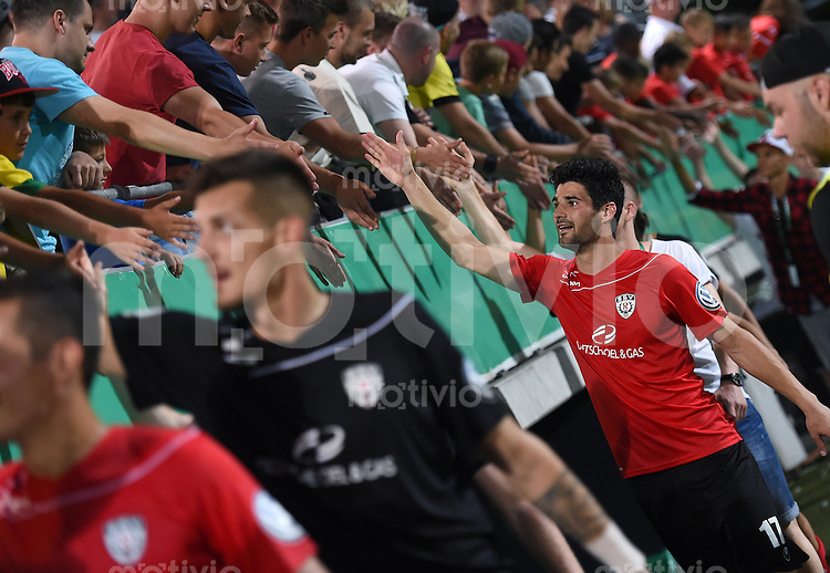 Fussball  DFB Pokal  2014/2015  1. Runde  08.08.2015 SSV Reutlingen - Karlsruher SC SCHLUSSJUBEL SSV Reutlingen, Daniel Schachtschneider (Mitte) klatscht SSV Fans nach dem Spiel ab