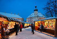 Deutschland, Bayern, Oberbayern, Wallfahrtsort Altoetting: Christkindlmarkt auf dem Kapellplatz mit Rathaus | Germany, Bavaria, Upper Bavaria, pilgrimage place Altoetting: Christmas Market at Kapell Square with Town Hall