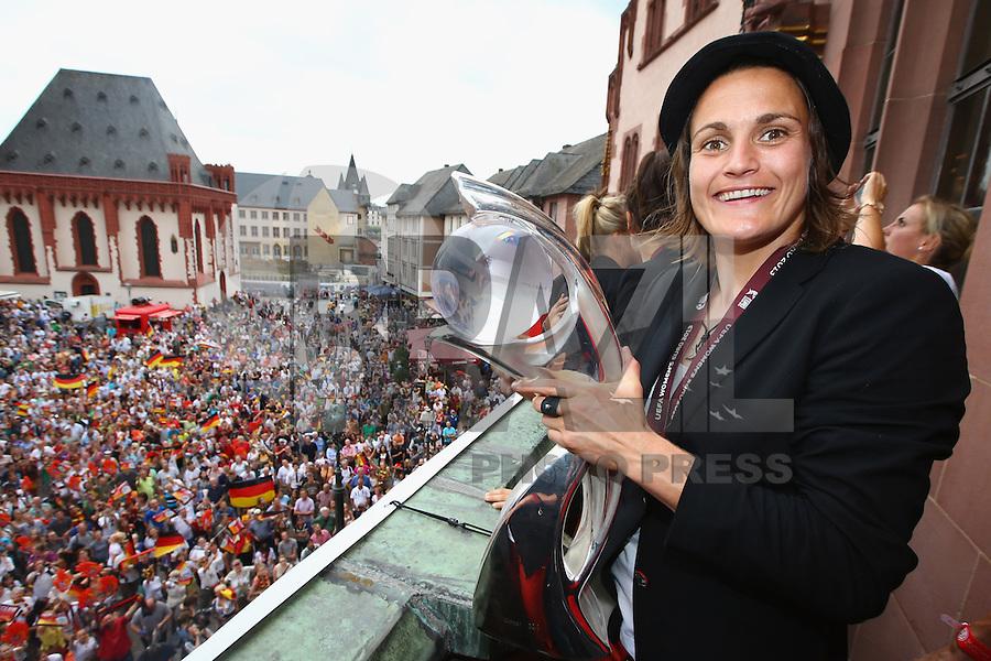 FRANKFURT, ALEMANHA, 29.07.2013 - CELEBRAÇÃO EURO FEMININA 2013 - Nadine Angerer jogadora da Alemanha celebra a conquista da Euro 2013 de Futebol Feminino na região central de Frankfurt na Alemanha nesta segunda-feira, 29. (Foto: Pixathlon / Brazil Photo Press).