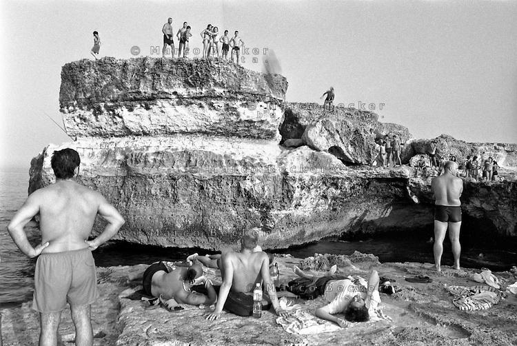 Torre dell'Orso frazione di Melendugno (Lecce).    Bagnanti, tuffi dalla scogliera --- Bathers, dive from the cliffs