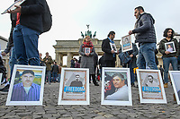 Mahnwache von syrischen Gefluechteten fuer in ihrem Heimhatland verhaftete und verschwundene Menschen am Samstag den 3. November 2018 vor dem Brandenburger Tor in Berlin.<br /> In den vergangenen sieben Jahren sind tausende Menschen Syrien verschwunden. Sie sind auf Grund ihres Glaubens oder wegen ihrer Ueberzeugungen Opfer politischer Verfolgung und willkuerlicher Gewalt geworden. Mit aufgerufen zu der Mahnwache hatte die Organisation &quot;Adopt a revolution&quot;.<br /> 3.11.2018, Berlin<br /> Copyright: Christian-Ditsch.de<br /> [Inhaltsveraendernde Manipulation des Fotos nur nach ausdruecklicher Genehmigung des Fotografen. Vereinbarungen ueber Abtretung von Persoenlichkeitsrechten/Model Release der abgebildeten Person/Personen liegen nicht vor. NO MODEL RELEASE! Nur fuer Redaktionelle Zwecke. Don't publish without copyright Christian-Ditsch.de, Veroeffentlichung nur mit Fotografennennung, sowie gegen Honorar, MwSt. und Beleg. Konto: I N G - D i B a, IBAN DE58500105175400192269, BIC INGDDEFFXXX, Kontakt: post@christian-ditsch.de<br /> Bei der Bearbeitung der Dateiinformationen darf die Urheberkennzeichnung in den EXIF- und  IPTC-Daten nicht entfernt werden, diese sind in digitalen Medien nach &sect;95c UrhG rechtlich geschuetzt. Der Urhebervermerk wird gemaess &sect;13 UrhG verlangt.]