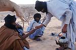 Préparation du thé dans les dunes de l'Amatlich. Mauritanie. Afrique. Tea time in the dunes of the Amatlich. Mauritania. Africa