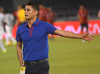BARRANQUIILLA -COLOMBIA-10-10-2015. Giovanni Hernandez técnico de Uniautónoma gesticula durante el encuentro con Patriotas FC por la fecha 15 de la Liga Aguila II 2015 jugado en el estadio Metropolitano de la ciudad de Barranquilla./ Giovanni Hernandez coach of Uniautonoma gestures during match agaisnt Patriotas FC valid for the 15th date of the Aguila League II 2015 played at Metropolitano stadium in Barranquilla city.  Photo: VizzorImage/ Alfonso Cervantes /