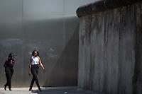 Die Frau US-Praesidenten Barack Obama, Michelle und Obama Schwester Auma am Mittwoch (19.06.13) beim Gedenkstaette Berliner Mauer in Berlin. Foto: Maja Hitij/Commonlens