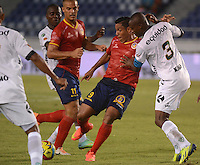 BARRANQUIILLA -COLOMBIA- 16-08-2014. Martin Arzuaga (Izq) de Uniauntónoma disputa el balón con Wilmer Diaz (Der) de La Equidad en partido por la fecha 5 de la Liga Postobón II 2014 jugado en el estadio Metropolitano de la ciudad de Barranquilla./ Uniautonoma player Martin Arzuaga (L) fights for the ball with La Equidad player Wilmer Diaz (R) during match valid for the 5th date of the Postobon League II 2014 played at Metropolitano stadium in Barranquilla city.  Photo: VizzorImage/Alfonso Cervantes/STR