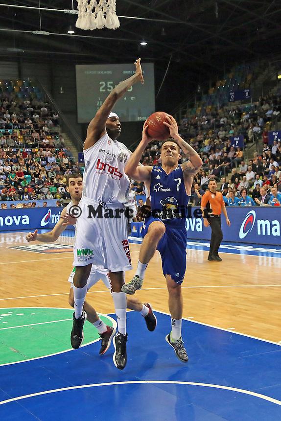 Konstatin Klein (Skyliners) versucht sich gegen den wesentlich längeren D'Or Fischer (Bamberg) durchzusetzen - Fraport Skyliners vs. Brose Baskets Bamberg, Fraport Arena Frankfurt