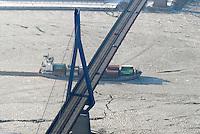 4415/Binnenschiff: EUROPA, DEUTSCHLAND, HAMBURG  28.01.2006 Koehlbrandbruecke, Feederschiff, Eis auf der Elbe, Verkehrsverbindung, Behinderung durch Eis, Eisgang, Hamburger Hafen, Koehlbrand