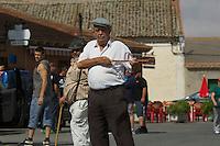 """Bergarbeiterstreik in Spanien.<br />Am 5. Juli 2012 erreichten 200 Bergarbeiter mit dem """"Marcha Negra"""" (der Schwarze Marsch) nach 14 Tagen und 381,7 Kilometer Marsch die Ortschaft Sanchidrian in der Provinz Avila. Am 11. Juli 2012 wollen die Mineros in Madrid eintreffen und vor das Wirtschaftsministerium gehen.<br />Mit dem Marcha Nagra und dem seit Mai andauernden Streik der Mineros soll die Regierung gezwungen werden, die Kuerzung von 64% der Bergbaufoerderung zurueck zu nehmen. Die Kuerzung bedeutet das Aus fuer den spanischen Bergbau und tausende Bergarbeiter sind von Arbeitslosigkeit bedroht.<br />Im Bild: Kollegen der Mineros vom Marcha Negra warten in Sanchidrian auf die Ankunft des Marsches.<br />5.7.2012, Sanchidrian/Spanien<br />Copyright: Christian-Ditsch.de<br />[Inhaltsveraendernde Manipulation des Fotos nur nach ausdruecklicher Genehmigung des Fotografen. Vereinbarungen ueber Abtretung von Persoenlichkeitsrechten/Model Release der abgebildeten Person/Personen liegen nicht vor. NO MODEL RELEASE! Don't publish without copyright Christian-Ditsch.de, Veroeffentlichung nur mit Fotografennennung, sowie gegen Honorar, MwSt. und Beleg. Konto:, I N G - D i B a, IBAN DE58500105175400192269, BIC INGDDEFFXXX, Kontakt: post@christian-ditsch.de.<br />Urhebervermerk wird gemaess Paragraph 13 UHG verlangt.]"""