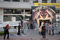 SÃO PAULO,SP,23 ABRIL 2013 - PROTESTO FUNCIONARIOS BANCO BRASIL - Funcionarios do Banco do Brasil durante protesto  na manhã de hoje contra demissões em frente a agencia na Av.Conselheiro Carrão na zona leste.FOTO ALE VIANNA - BRAZIL PHOTO PRESS.