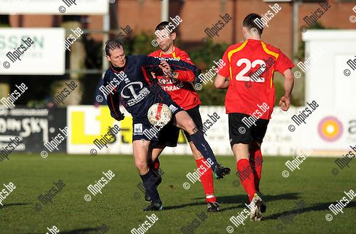 2012-02-19 / Voetbal / seizoen 2011-2012 / Kapellen - Herk-de-Stad / Stroobants met Thomas Broeckaert (Kapellen) achter zich. Van den Bogaert (22) komt mee druk zetten...Foto: Mpics.be