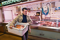 Europe/France/Pays de la Loire/44/Loire-Atlantique/Nantes: David Garrec chef du restaurant l'Océanide choisit son poisson tôt le matin au marché [Non destiné à un usage publicitaire - Not intended for an advertising use]