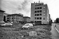 Milano, quartiere Quarto Oggiaro, periferia nord. Carrello della spesa abbandonato --- Milan, Quarto Oggiaro district, north periphery. Abandoned shopping cart