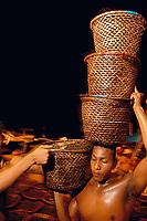 Na feira do açaí, trabalhadores descarregam as centenas de embarcações que chegam durante a madrugada  trazendo o fruto de açaí (euterpe oleracea) para distribuição as milhares de vendas na cidade, ou para exportação.<br />  A feira faz parte , junto com o mercado do Ver o Peso, a maior feira a céu aberto no Brasil. Um dos maiores entreposto comerciais na Amazônia.<br /> Belém, Pará, Brasil.<br /> Foto Paulo Santos/<br /> 2005