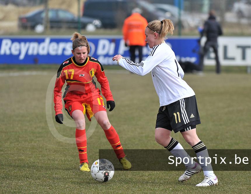 Belgie U17 - Duitsland U17 : .Madeline Gier aan de bal voor Chloe Van Mingeroet.foto DAVID CATRY / Vrouwenteam.be