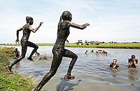 Nederland Schermerhorn  2016 07 10.  Jaarlijkse Prutmarathon door de modderige slootjes van de Mijzenpolder. Schoonspoelen na afloop.  Foto Berlinda van Dam / Hollandse Hoogte