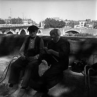 2 septembre 1961. Vue d'un couple du troisième âge, assis sur un banc, sur l'allée promenade du Cours-Dillon.
